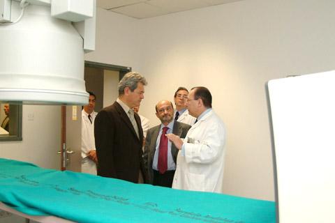 El consejero de salud, junto al director gerente y el jefe de servicio de radiología