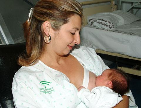 Madre con su hijo en el lactario