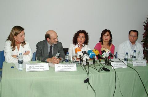 La delegada de Salud, María Isabel Baena junto a profesionales de la unidad de mama