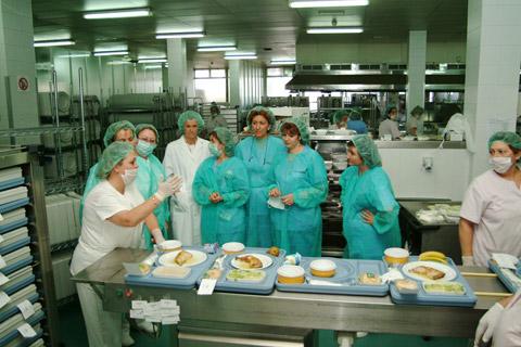 Personal de enfermería en la visita a la cocina del hospital