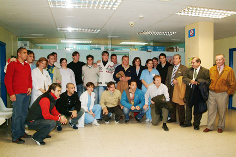 Profesionales sanitarios junto a jugadores y miembros del consejo del córdoba club de fútbol