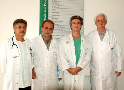 El dr. Salvatierra junto a profesionales cubanos