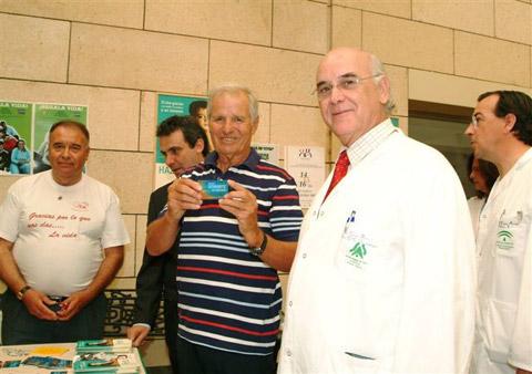 Manuel Benitez 'El Cordobés' recogiendo la tarjeta de donante