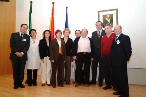 La delegada de salud, directivos del hospital junto con representantes de los profesionales jubilados
