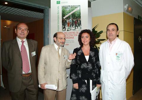 La delegada provincial de salud, María Isabel Baena con el gerente y responsables del hospital