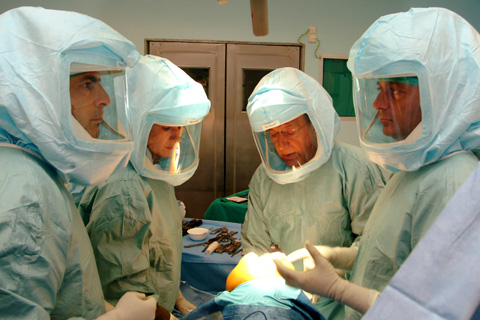 Profesionales de la unidad de rodilla en quirófano