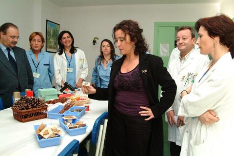 La delegada de salud ve el trabajo realizado por los enfermos