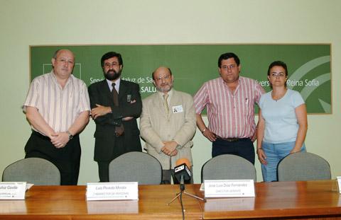 El director gerente del Reina Sofía, José Luis Díaz Fernández, con los resentantes sindicales.