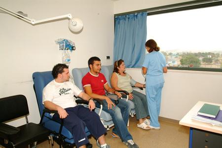 Pacientes sometiendose a una prueba de alergia
