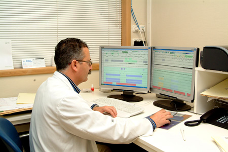 El Dr. Bernabé Jurado relizando un estudio de apnea.