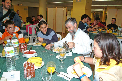 Grupo de escolares tomado un desayuno molinero