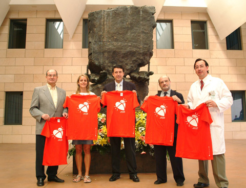 El director general de Deportes, Rafael Blanco y la atleta Belén Recio, junto al gerente del hospital y el coordinador de trasplantes