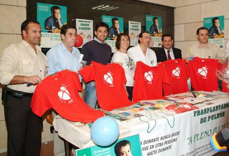 El cantante cordobés Felipe Conde recibiendo su carnet de donante