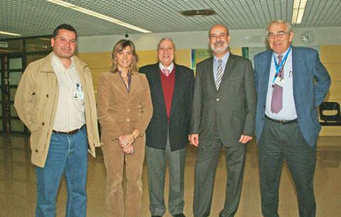 La responsable del departamento de Electromedicina del Reina Sofía, Carolina Curiel junto a participantes del curso