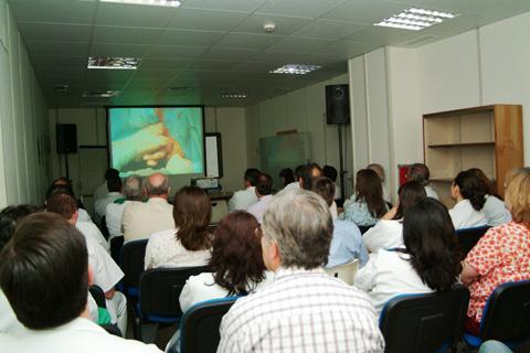 Profesionales del hospital en un seminario de formación