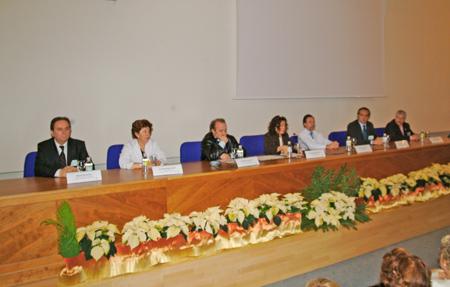 La delegada de Salud junto con directivos del hospital