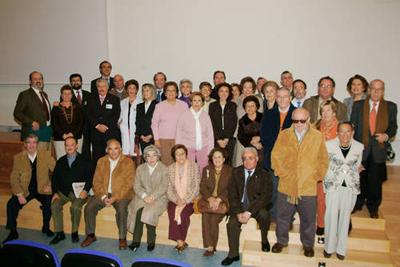 Directivos del hospital junto con los profesionales que se han jubilado este año