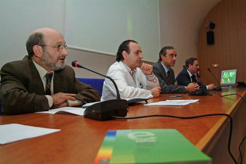 El director gerente del complejo sanitario, José Luis Díaz Fernández en el acto de presentación del libro