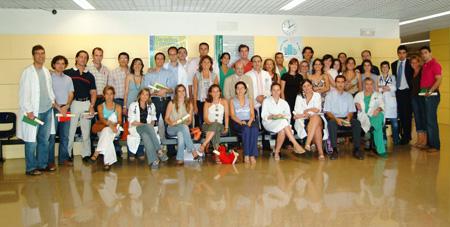 Foto de grupo de los residentes que terminan su formación en el hospital