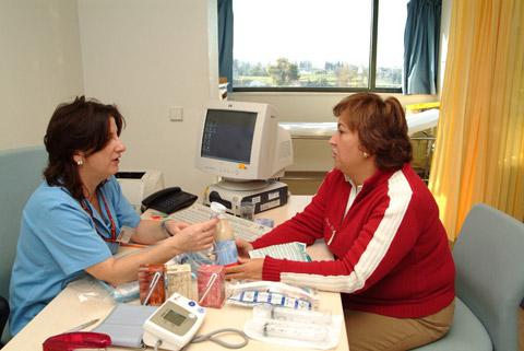 La enfermera que atiende esta consulta, Mercedes López-Pardo en su consulta