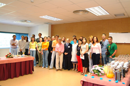 El equipo de dirección del Hospital Universitario Reina Sofía con responsables, periodistas y otros profesionales de los medios de comunicación.