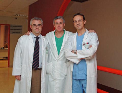 Los doctores Francisco Javier Padillo y Julián de la Torre, junto al enfermero Manuel Rich