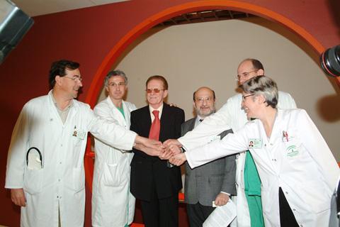 Profesionales del hospital junto con paciente trasplantado
