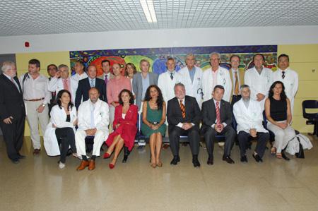 El ministro de Sanidad y Consumo, Bernat Soria, y la consejera de Salud, Mª Jesús Montero, junto a los investigadores