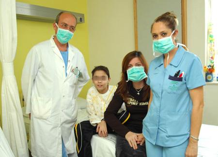 En la imagen, el niño trasplantado junto a su madre y personal médico