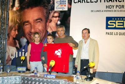 Carles Francino muestra la camiseta por la donación