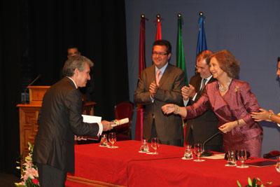 La reina entrega al Dr. Salvatierra el premio