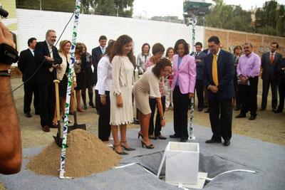 La consejera y la delegada de Salud junto con autoridades cordobesas en el acto de colocación de la primera piedra de las obras sanitarias de arroyo del moro