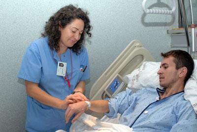 Colocación de la pulsera de identificación a paciente