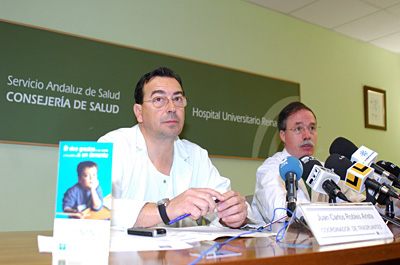 El coordinador de trasplantes junto con el director médico del hospital en el acto