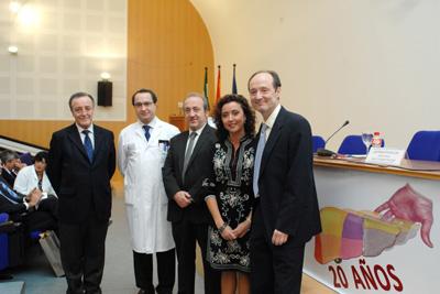La delegada de salud en Córdoba acompañada por el gerente del hospital, los coordinadores del acto conmemorativo y el delegado de salud de Cádiz.