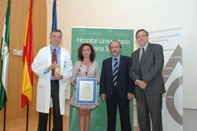 La delegada de Salud, el director de la Agencia de Calidad y el Director Gerente del Hospital entregan la acreditación al Jefe de Servicio de Farmacia la acreditación de calidad