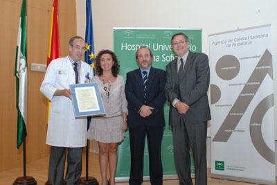 La delegada de Salud, el Director de la Agencia de Calidad Sanitaria y el directo gerente del hospital entregan al jefe de Medicina Nuclear la acreditación de calidad