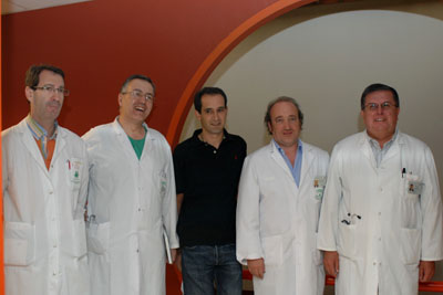 El gerente del hospital junto a especialistas del centro y el padre del niño