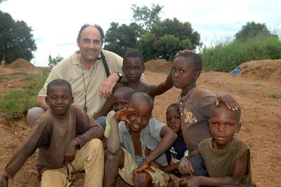 El doctor Díaz Iglesias con niños en Bangassou