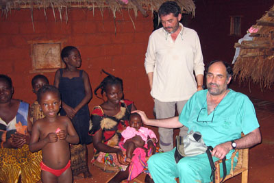 Los doctores Díaz y Gallego con algunas familias