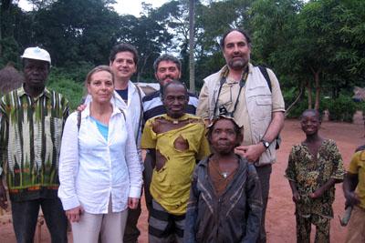 La expedición con personas de la zona