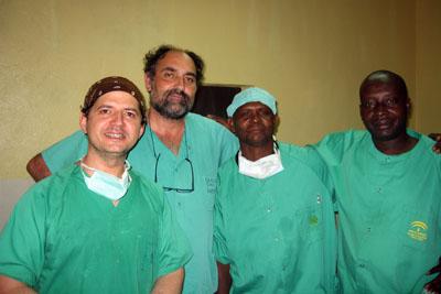 Los doctores Adame y Díaz con ayudantes de Bangassou