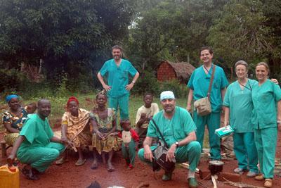 Profesionales hospital del Reina Sofía y habitantes de Bangassou