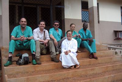El equipo de españoles y otros habitantes del lugar