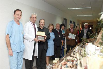 La asociación de mayores entrega el primer premio de belenes al nacimiento instalado en el servicio de nefrología