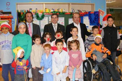 Los niños que participan en el certamen junto al gerente del hospital y los representantes de El Corte Inglés.