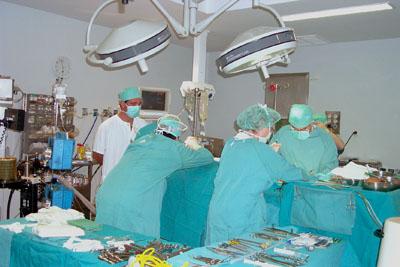 Profesionales trabajando en quirófano