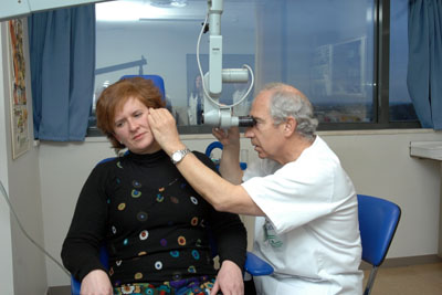 El doctor Roldán explorando a una paciente