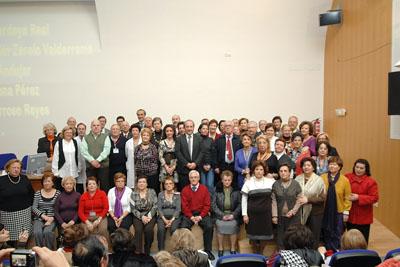 La delegada de Salud, el gerente y directivos del hospital junto a los profesionales jubilados durante 2009