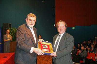 El gerente del hospital recibe el premio Santo Tomás de Aquino